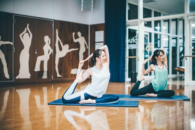 ヨガ以外にもバレエやフィットネス、バレトンなど多彩な要素のプログラム